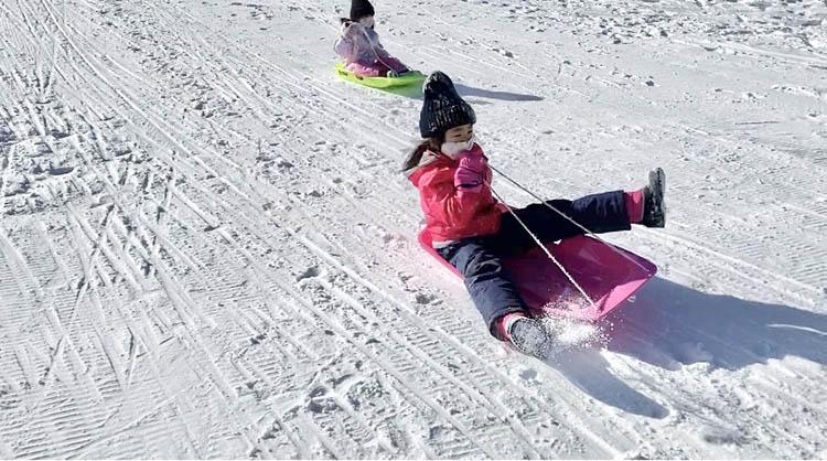 屋外, 雪, 人, 若い が含まれている画像  自動的に生成された説明